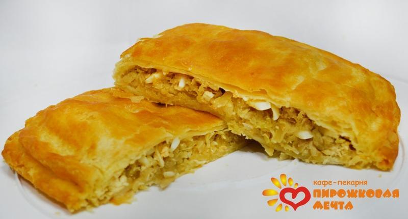 Пирог с капустой и яйцом из слоеного теста