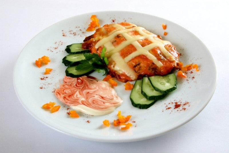Свинина с помидорами луком и сыром в духовке с фото
