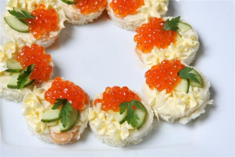 Праздничные бутерброды с красной рыбой и икрой рецепт