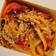 Лапша с курицей и овощами в терияки соус Фото