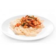 Лапша с креветками и лососем в соусе Фото