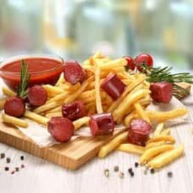 Картофель фри с колбасками, соус лечо - Фото