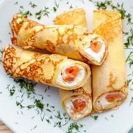 Блинчики с форелью и сливочным сыром Фото