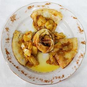 Блинчики с яблоком, сливочным маслом - Фото