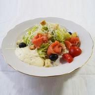 Цезарь с форелью салат Фото