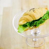 Сендвич-круассан с ветчиной и сыром Фото