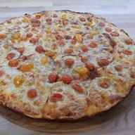 Пицца с помидорами черри Фото