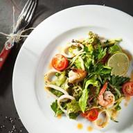 Салат с креветкой и кальмаром Фото