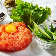 Тар-тар из свежего лосося с авокадо Фото
