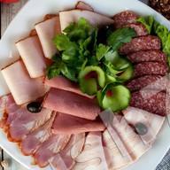 Ассорти из мясных деликатесов Фото
