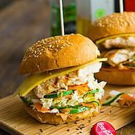 Бургер с курицей и сочной начинкой Фото