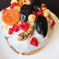 Кулич пасхальный с шоколадом и фруктами Фото