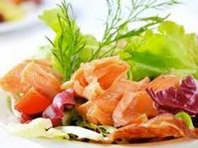Салат с копченой форелью - Фото