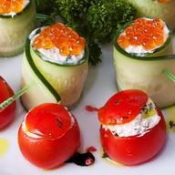 Ролл из огурца и помидоры черри Фото