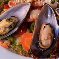 Салат теплый из морепродуктов Фото