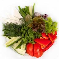 Свежие овощи с брынзой и зеленью Фото