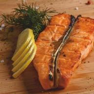 Стейк лосося на углях Фото