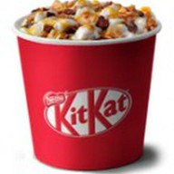 Мороженое Кит Кат с шоколадным топпингом Фото