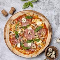 Пицца с окороком, грибами и горгондзолой Фото