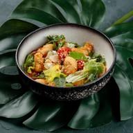 Салат с курицей и креветками темпура Фото