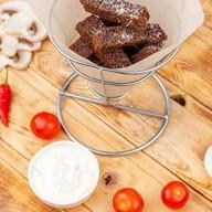 Бородинские гренки с чесноком и соусом Фото