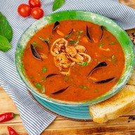 Средиземноморский суп с морепродуктами Фото