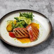Стейк из тунца с овощным салатом Фото