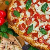 Римская пицца Пепперони и томаты черри Фото