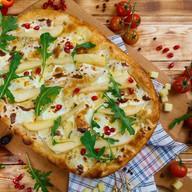Римская пицца с фламбированной грушей Фото