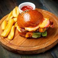 Бургер с котлетой из мраморной говядины Фото