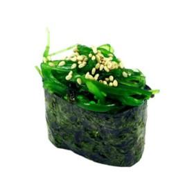 Гункан с салатом чука - Фото