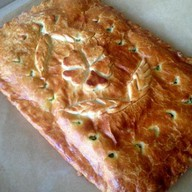 Слоеный пирог зеленый лук, яйцо, рис Фото