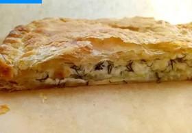 Пирог слоеный с сыром сулугуни и зеленью - Фото