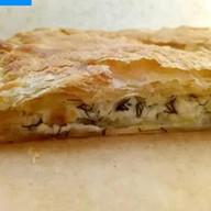 Пирог слоеный с сыром сулугуни и зеленью Фото
