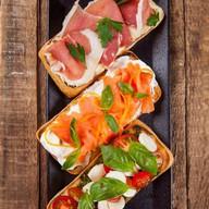 Брускетта с лососем и сливочным сыром Фото