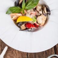 Морепродукты с овощным рагу в вине Фото