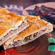 Пирог с мясом слоеный Фото