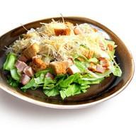 Цезарь салат с куриной грудкой Фото