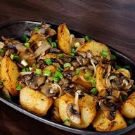 Жареный картофель с луком и грибами Фото