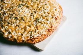 Пицца с ветчиной и солеными огурчиками - Фото