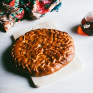C вишней и яблоками дрожжевой Фото