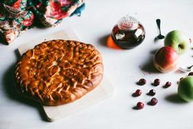 C вишней и яблоками дрожжевой - Фото