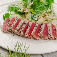 Микс салата с тунцом в кунжуте Фото