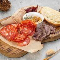Ассорти мясных деликатесов Фото