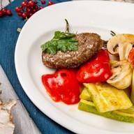 Бифштекс из оленины с овощами гриль Фото