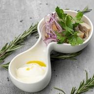 Груздь соленый со сметаной и луком Фото
