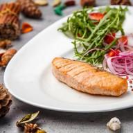 Лосось со свежим салатом Фото