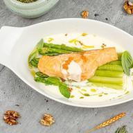 Филе лосося со спаржей и соуса морне Фото