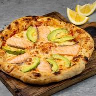 Пицца с лососем и авокадо Фото