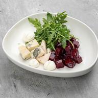 Салат с печеной свеклы с рукколой Фото